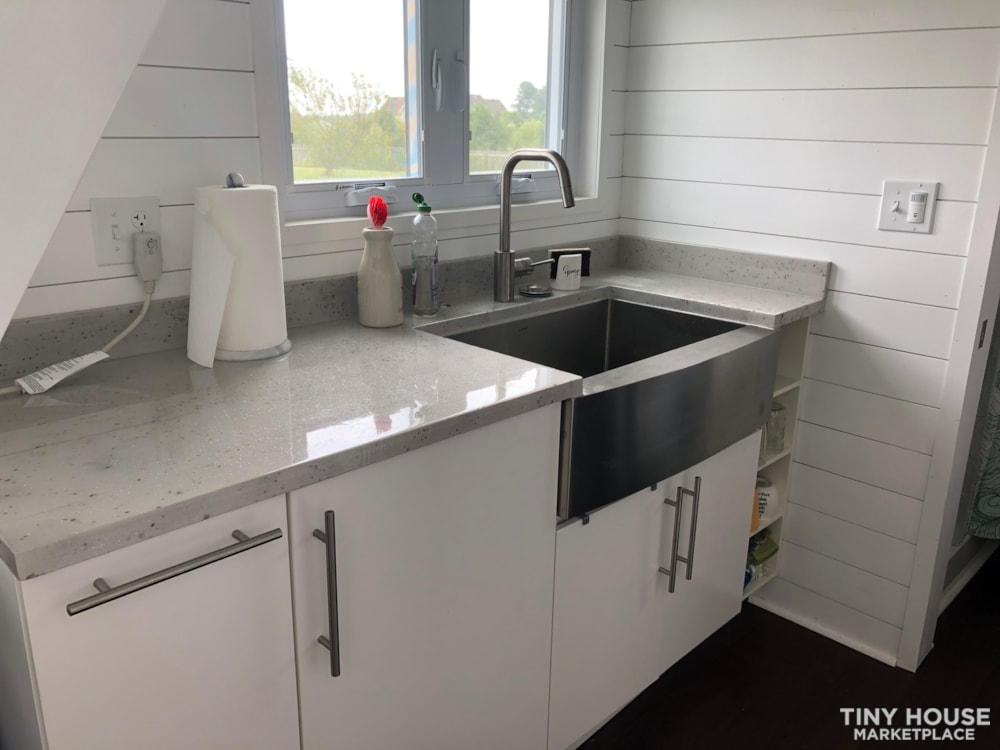 24' modern and open tiny house - Slide 1