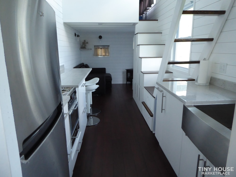 24' modern and open tiny house - Slide 3