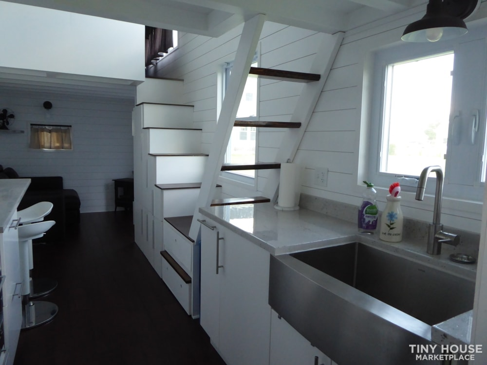 24' modern and open tiny house - Slide 4