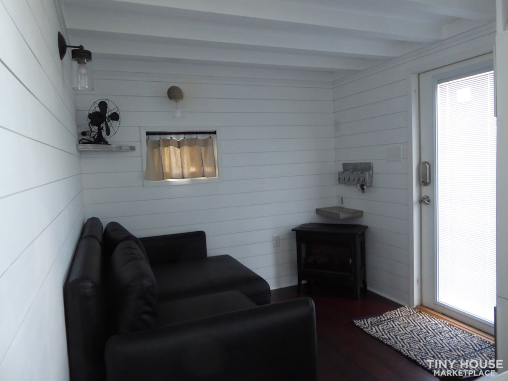 24' modern and open tiny house - Slide 6