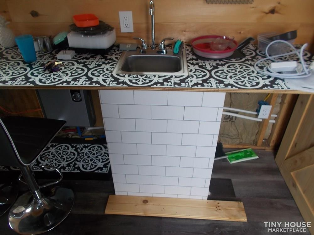 Cozy fixer upper 160 sq ft tiny house - Slide 8
