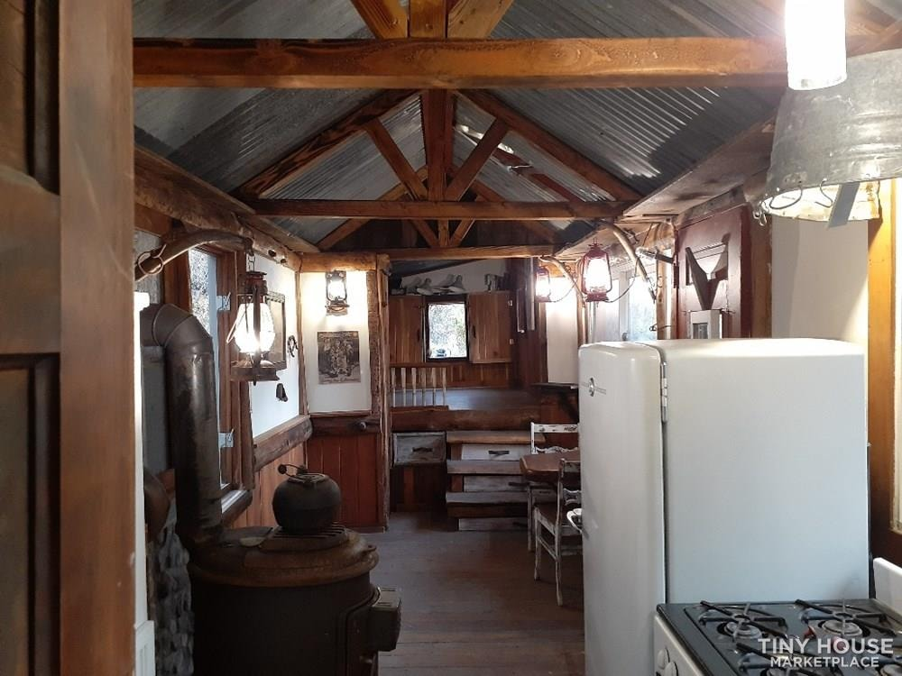 Cozy Western Tiny House - Slide 9